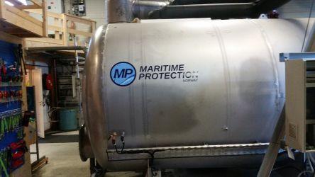 Printet og skjært folielogo på tank til Maritime Protection.