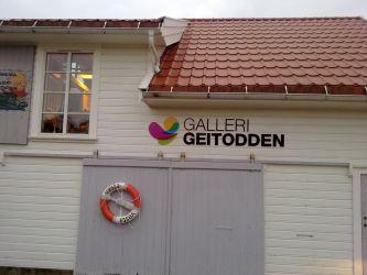 Fasadeskilting Galleri Geitodden, med logo og løse bokstaver.