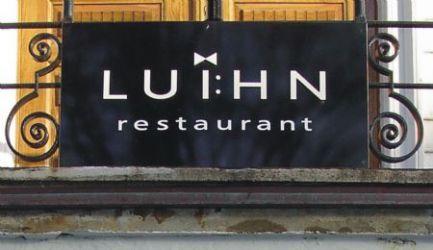 Flatt fasadeskilt til Luihn restaurant.