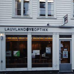 Fasadeskilting, løse bokstaver til Lauvland Øyeoptikk
