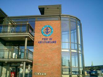 Fasadeskilting til Port of Kristiansand, med logo og løse bokstaver.