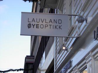 Uthengsskilt til Lauvland øyeoptikk.