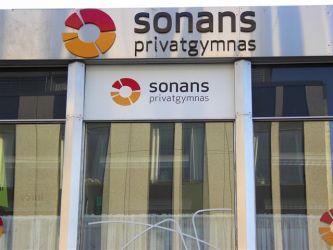 Fasadeskilting Sonans privatgymnas.