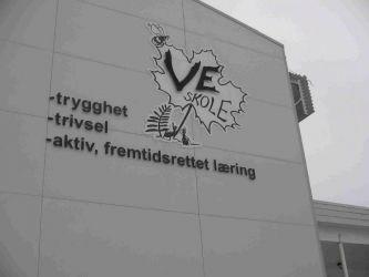 Løse bostaver og logo i to lag produsert for Ve skole
