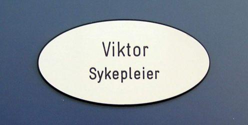 33x65mm ovalt jakkeskilt med nål. Produktnummer til bestilling: 150 V