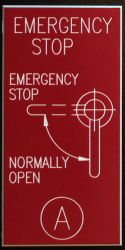 Emergency Stop skilt i rød gravoply-plast
