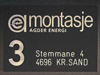 Lasergravert sort eloksert aluminium til Agder Energi.