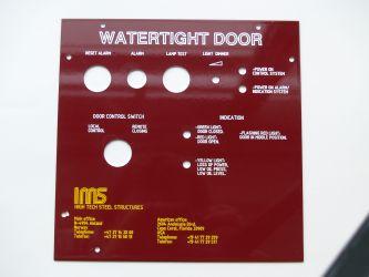 Rødeloksert aluminiumsskilt for vanntett dør til IMS.