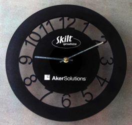 Klokke med logo.