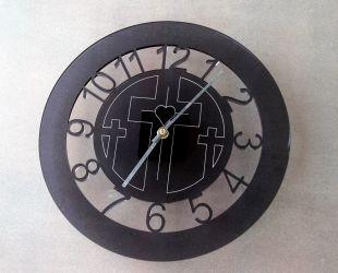 Klokke i mørk akryl, med kors. Produktnummer til bestilling: 301161587