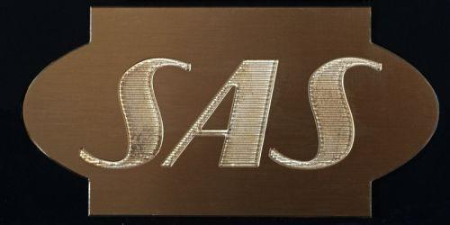 Freset metallskilt til SAS.