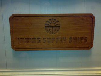 Treskilt med innfreset tekst og logo til Viking Supply Ships.