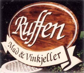 Treskiltet til Ruffen er iflere lag og har både innfresede og utstående bokstaver.