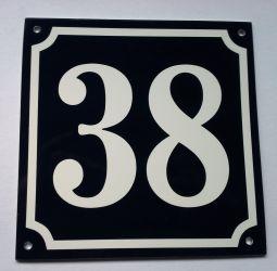 150x150mm. Husnummerskilt med hvite tall og mørk bakgrunn. Kode til bestilling: 150 38