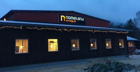 Lyset på i det store lysskiltet til Nomeland Anlegg AS. .