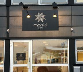 Fasadeskilt til Morild Norway, logo og tekst uthevet i 3D.