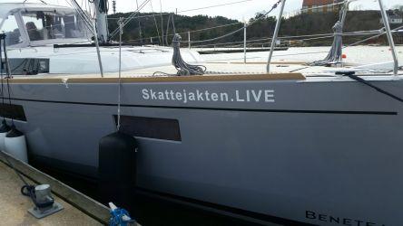 Foliert baborside av Skattejakten.LIVE båten